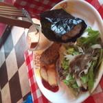 そよ風 - お子様ランチみたいな一皿(ハンバーグ・唐揚げ・サラダ・おにぎり・ケーキ) ※唐揚げを一つ食べた後で撮影しました。