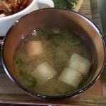 84082276 - 日替わりランチ(¥880) 味噌汁                       具は麩とワカメ。おかずの味の濃さと比較して味噌汁の味は薄めだった。