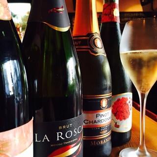 毎月変わるグラスワインは10種以上!ボトルも多数ご用意!