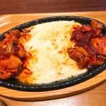 チェゴヤ - チーズダッカルビ。鉄板の上なのでアツアツ!チーズを絡めていただきます。