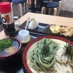 色葉うどん - 合盛りわかめうどん590円 天ぷら2種 200円 ランチのおにぎりサービス