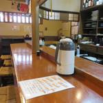 鍋処 いずみ田 - カウンター席・テーブル席、奥にお座敷もあるようでした。