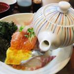 鍋処 いずみ田 - 茶漬け用の出汁付きです。 ご飯は無料で大盛にできます。
