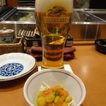 天然地魚と炭火串焼き ろばた 一粋 - 生ビー(518円)とお通し(324円)