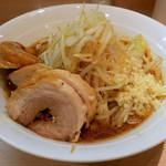 麺屋 味方 - ラーメン・ヤサイニンニク(700円)+ぶた(100円)