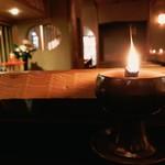 84104086 - タガヤサンと桂離宮のともぎの見事なカウンター                       灯りはロウソクでムードたっぷり