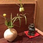 84104090 - 茶花も風情があります