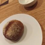84104529 - ライ麦パンとヨーグルト