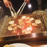 焼ハマグリル - カウンター目の前で焼く