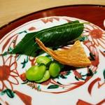 84109821 - 桜葉に包まれたお鮨 半生のバチコ そら豆
