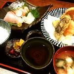 いざけ屋ひなた - よくばり定食…主菜(カキと野菜の天プラ盛り合わせ)、お造り3種、ご飯、お味噌汁、漬物