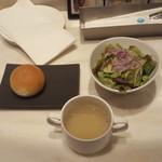エミットフィッシュバー - サラダ 牡蠣スープ パン