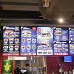 84116531 - 「カールス・ジュニア」はアメリカ発祥のハンバーガーショップなので、内装は当然ながらアメリカン!