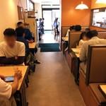 華風伝 - 奥のテーブル席。土曜日は昼前から混んでます。