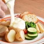 彩り野菜と厚切りベーコンのラクレットチーズがけ