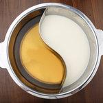 肉匠 六感 はなれ - 2つのダシで2色鍋で味わうこともできます。