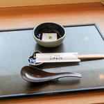 すみくら - 最初にお膳と蕎麦豆腐が運ばれてきます。