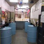 84135982 - 店内。ドラム缶がたくさんあるよ。