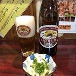 狸の焼鳥 - ビールはキリンラガーの大瓶です。