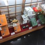 84140690 - 箱の大きさは異なるものの、1本あたりの値段は同じ