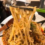 84146028 - 麺は中太の平打ち麺。弾力があります。
