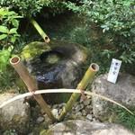 84150688 - 庭にある水琴窟。竹の筒に耳を近づけて音を聞きます。