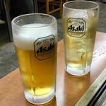 スタミナとん - ビールとハイボール(生ビールは同価格以下の飲み物にも変更可能)で乾杯。(ちょっとだけ口をつけてしまったがね)