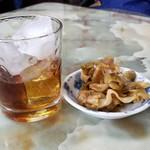玉蘭 - 紹興酒と無料のお通し。500円。混雑時は料理が出来るまで、お酒を楽しむのも良いでしょう。