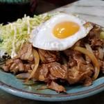 玉蘭 - 豚スタミナ焼き 単品。醤油と味醂の煮詰めたタレで豚肉と玉ねぎを炒めただけなのに、他のお店では味わえないほどの美味しさ❗半熟の目玉焼きの黄身に絡めて食べると最高❗