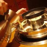 肉匠 六感 はなれ - 鉄板と鍋が一つになった特注の鍋で、一度に、焼肉、焼きしゃぶ、しゃぶしゃぶと3種類の食べ方が味わえます。