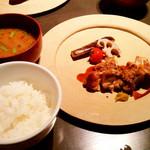 84161565 - メインの「鶏の炭火焼き」には、ご飯と味噌汁、香の物がつきます。