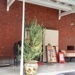 前田珈琲 - テラス席からお店を撮影
