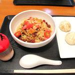 斉 - 夏トマトの涼風辛麺500円(通常価格650円)。ランチサービスオプションで、パオズ(包子)を付けました