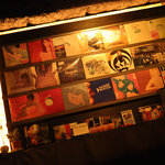 Wafro中目黒 - 店内に飾られたオーナー所有のレコード