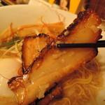 ご馳走らぁ麺 花梨 - チャーシューは豚バラ炙りチャーシュー。  カリッとクリスピーで香ばしいッス!