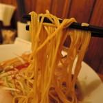 ご馳走らぁ麺 花梨 - 麺は細麺ストレート麺、加水率は中級。  クニクニッしなやかな歯応え