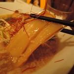 ご馳走らぁ麺 花梨 - メンマは和風の薄味で、控えめな主張。  コリシャクの小気味良い歯応え