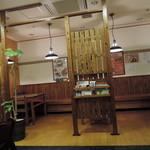 ご馳走らぁ麺 花梨 - カウンター、テーブル席の構成 テーブル席は、通路側に軽い間仕切りがあり、視線をブラインド出来る。
