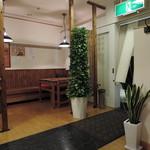 ご馳走らぁ麺 花梨 - BGMもジャズでオサレ。 広々とした客席空間で、ゆったり座れるのも特長。