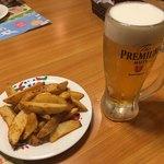 炭焼きレストラン さわやか - ピリ辛ポテトと生ビール