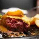 五反田 銭場精肉店 溶岩焼肉  - 黒毛和牛100%ハンバーグ 目玉焼き&チーズ