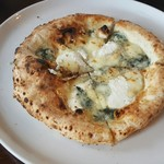 84190788 - 3種のチーズピザ
