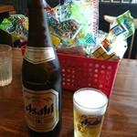 藤吉 - 瓶ビールとオモチャ。