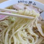 佐野青竹手打ちラーメン押山 - 麺は太めでモッチモチ