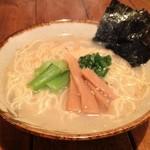 大和 笑う焼き鳥屋 ウルル - 新鮮な鶏ガラ、もみじを使って半日以上煮込んだ特製スープの『とりラーメン』です!