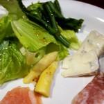 sync - アスパラ、ロメインレタス、菜花のサラダに、ブルーチーズ