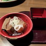 日本酒スローフード 方舟 - お通しの煮物と日本酒