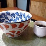 84199586 - 小振りな丼と小さなコーヒーカップ
