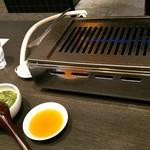 やきにく HYAKURAN - テーブルごとの焼肉コンロ