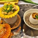 TSU・SHI・MI - 左はせりと貝のゼリー寄せ、右の卵の中にはうにと土筆。